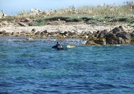 A man is enjoying his Trial Scuba Diving in Palombaggia for Beginners activity with Le Kalliste Plongée.