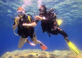 Two divers during a Trial Scuba Diving in Sainte-Maxime with H2O Sainte-Maxime.