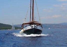 Lors d'une balade en bateau au Blue Lagoon depuis Trogir avec Max Nautica Split, le bateau se dirige vers le Blue Lagoon.