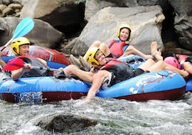 A group of friends is enjoying their Tubing on the Têt River activity with Extérieur Nature.