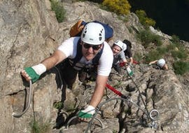 Des amis escaladent une falaise au-dessus de la rivière Ardèche lors de leur Via Ferrata en Ardèche - Pont du Diable avec Geo Ardèche Canyon.