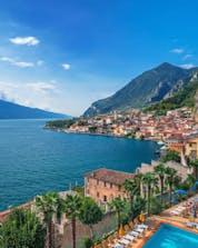 Blick auf Limone sul Garda, einem beliebten Ort für Wassersport Aktivitäten am Gardasee.