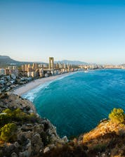 An amazing view of the shore with the city in the background and the ocean where you can do water sports activities in Benidorm.