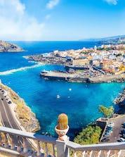 Un hermoso paisaje con vista al océano forma arriba donde se pueden hacer actividades de deportes acuáticos en Tenerife.