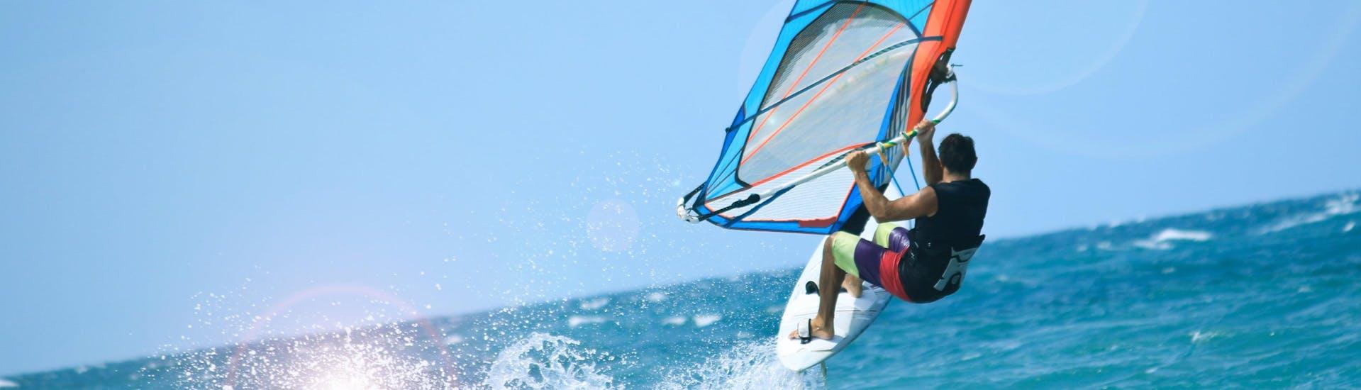 Un jeune homme fait de la planche à voile dans la destination populaire de windsurf Portugal.
