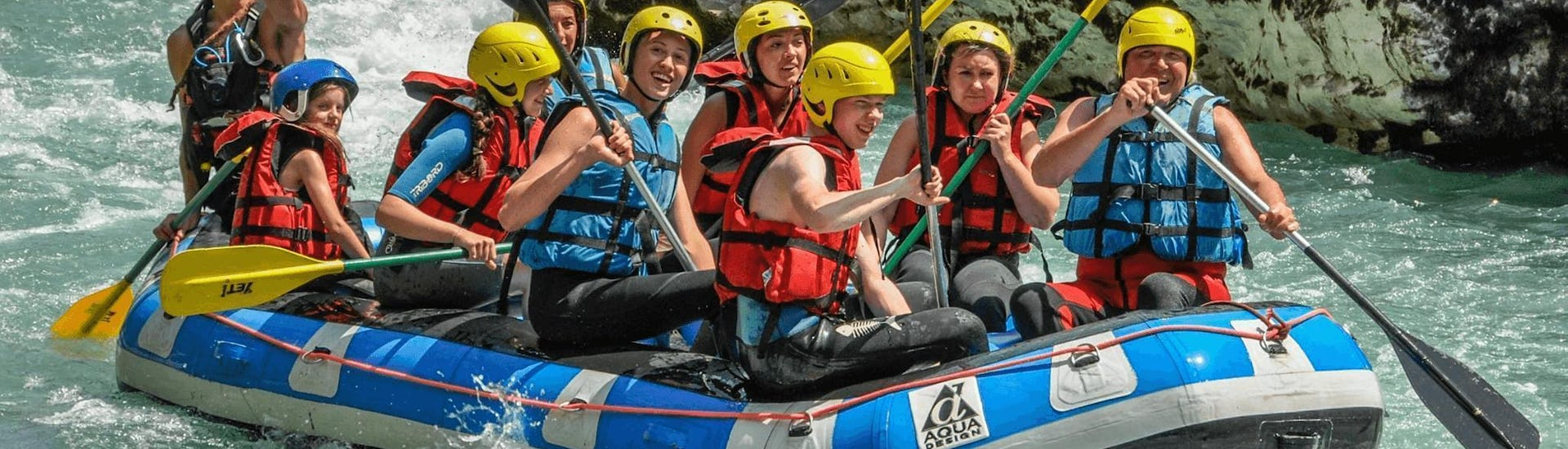 A group of friends is enjoying their rafting tour on the Verdon with Yeti Rafting.