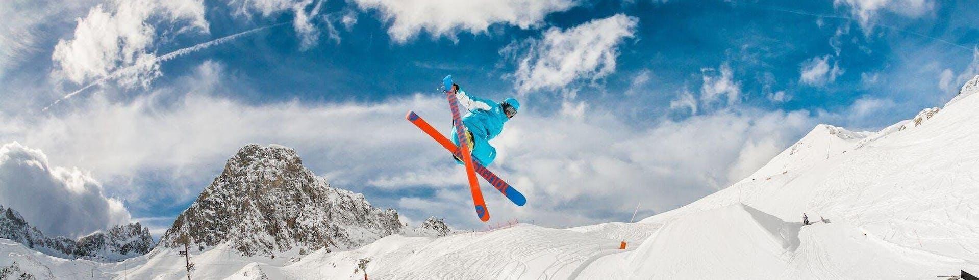 Une personne prend un Cours de ski freeride pour expérimentés - Blue Rider Team avec St Christophe Les Deux Alpes.