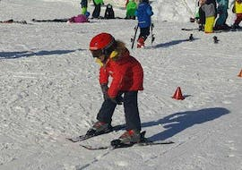 A small child is skiing the snowplough during a kids ski lessons for first timers with skischule Oberharz in Wurmberg.