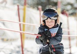 Ein Junge fährt erfolgreich mit dem Skilift beim Kinder-Skikurs für Anfänger mit der Skischule Ruhpolding im Skigebiet Westernberg.