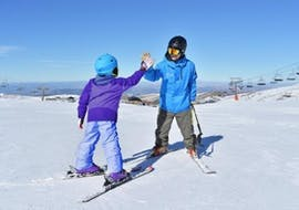 A kid does a private ski lesson for intermediate with Escuela Sulayr Sierra Nevada.