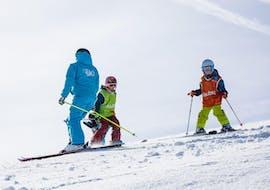 Des enfants prennent un Cours de ski Enfants (6-13 ans)  - Basse saison avec ESI St Christophe Les Deux Alpes.