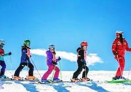 Des enfants suivent leur moniteur de ski pendant leur cours de ski pour enfants (6-12 ans) - débutant avec l'école de ski ESF Vallorcine.