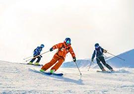 Des skieurs descendent une piste enneigée pendant leur cours de ski pour ados (13-17 ans) - tous niveaux avec l'école de ski ESF Vallorcine.