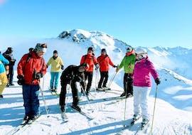 Des adultes se reposent à la montagne pendant leur cours de ski pour adultes - tous niveaux avec l'école de ski ESF Vallorcine.