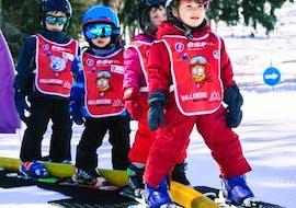 Des enfants s'entraînent sur l'aire d'entraînement pendant leur cours de ski pour enfants (3-5 ans) - débutant avec l'école de ski ESF Vallorcine.