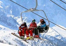 Des skieurs prennent les remontées mécaniques pour rejoindre le haut de la montagne pour leur cours particulier de ski adultes - vacances - tous niveaux avec l'école de ski ESF Vallorcine.
