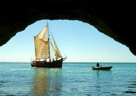 """The passengers of the pirate ship """"Leãozinho"""" enjoy the view of fascinating caves and unique rock formations of Albufeira on their Boat Tour """"BBQ Cruise"""" with an experienced skipper from Dream Waves."""