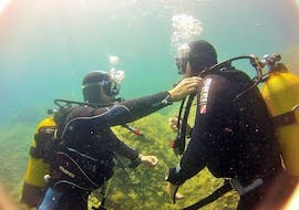 A person having instructions during his PE12 & SSI/PADI Scuba Diver Course for Beginner with Le Kalliste Plongée.