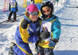 A child doing kids ski lessons (3-4 y.) for all Levels with skischool Hopl in Schladming.