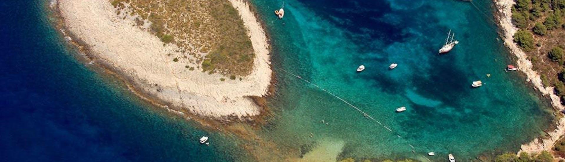 Balade privée en bateau de luxe aux Pakleni incl. Blue Cave avec Hvar Boats - Hero image