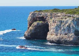 The majestic cliffs over the sea that you can admire during the Virgin Coves Boat Tour from Porto Cristo with Skualo Diving Watersports Mallorca.