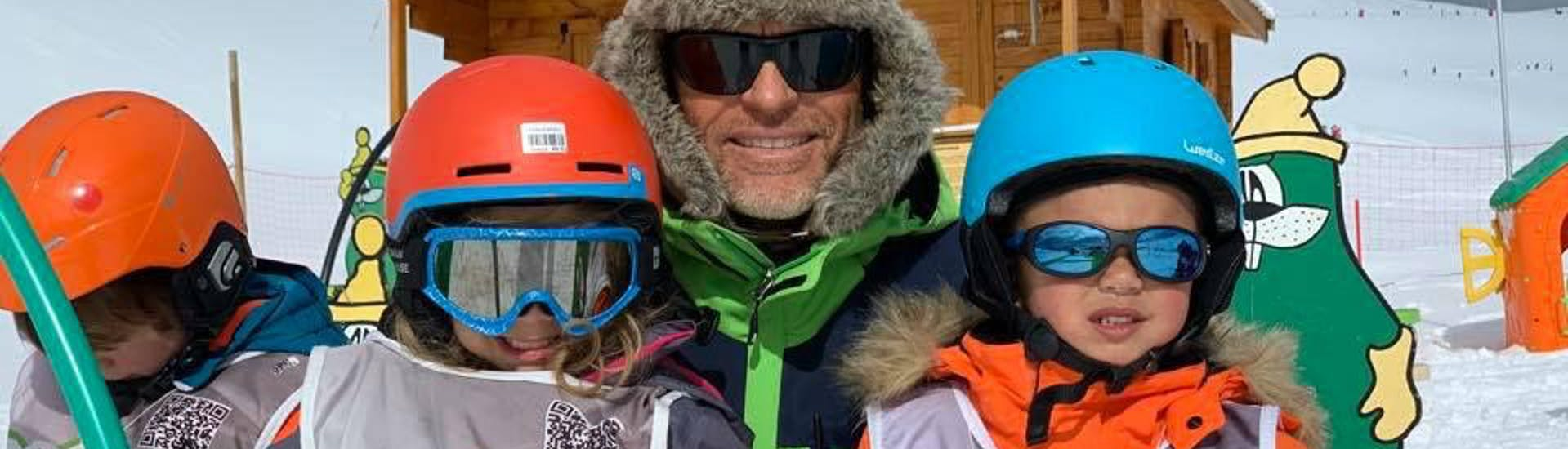 Kids are following Kids Ski Lessons (4-12 y.) - Holidays - Morning with EasySki Alpe d'Huez.