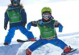 Un jeune enfant apprend la technique du chasse-neige pendant son Cours de ski Enfants (5-13 ans) dans l'environnement sûr de l'école de ski Prosneige Val d'Isère.