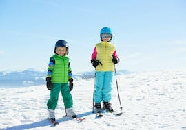 Two siblings are doing some private ski lessons for kids of all levels with SkiCheck Fügen-Spieljoch in Kaltenbach.