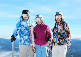 Three adults are enjoying their short break during the private ski lessons for adults with SkiCheck Fügen-Spieljoch in Kaltenbach.