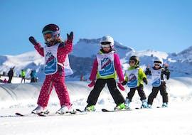 Des enfants font leur 1er Cours de ski Enfants (4-8 ans) - Haute saison - Matin avec École de Ski 360 Samoëns.