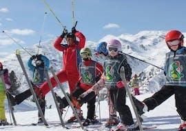 Les enfants s'amusent pendant les cours de ski pour enfants de niveau expérimenté avec l'école de ski SMT Mayrhofen dans la région de Zillertal.