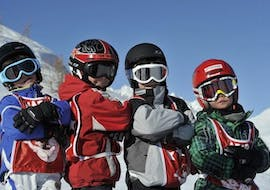 Kids are posing for a picture during their Kids Ski Lessons (6-12 years) - Advanced with the ski school ESF Alpe d'Huez.