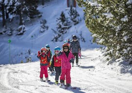 A group of kids learn how to ski during a kids ski lesson for all levels with Escuela Española de Esqui y Snowboard de Cerler.