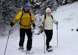 Two persons on snowshoes during their private snowshoeing tour with Wolfgang Pfeifhofer.