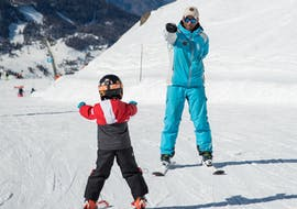 A ski instructor from the ski school ESI Snow Diam's is showing a young skiers the basics of skiing during a Private Ski Lessons for Kids - Notre-Dame de Bellecombe.