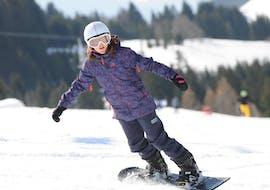 Des personnes prennent des Cours de snowboard (dès 8 ans) pour Tous niveaux - Février avec Starski Grand Bornand.