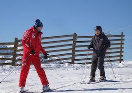 Un skieur suit avec prudence son moniteur de ski de l'école suisse de ski La Tzoumaz lors de son Cours particulier de ski pour Adultes - Tous niveaux.