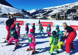 """A large group of children standing in a circle during their Kids Ski Lessons """"Böcki's Bambini Club"""" (3-4 y.) with Heli's Skischule Saalbach-Hinterglemm."""