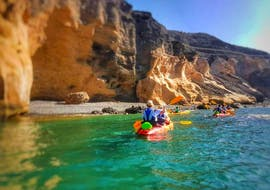 During the Sea Kayak Tour at the South Coast in Gran Canaria the participants paddle in the beautiful sea and admire the rock formations together with Mojo Picón Aventura.