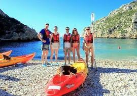 The participants prepare for their tour during the Kayak Rental in Jávea by Siesta Advisor Jávea.
