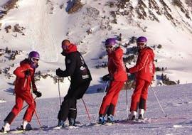 Tres esquiadores y un instructor de la Escuela Ski Cerler se dirigen a la cámara para la foto durante las Clases de esquí para adultos para todos los niveles.