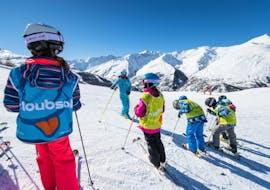 Le moniteur de ski de l'école de ski ESI Ski Family à Risoul donne ses dernières instructions avant que les skieurs ne se rendent sur les pistes pour leur Cours de ski Enfants (5-13 ans) - Février - Matin.
