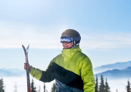 A male skier is ready to take on the slopes during his Adult Ski Lessons for Advanced Skiers - Afternoon with the ski school Skischule Kahler Asten in Winterberg.