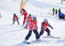 Les enfants font leurs premiers glisses dans le jardin des neiges de l'école de ski ESS Château d'Oex lors de leur Cours de ski Enfants (6-14 ans) depuis Bulle.
