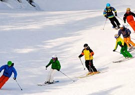 People have fun during the private ski lessons for adults of all levels with the ski instructor of Skischule Obertraun in Dachstein Krippenstein.