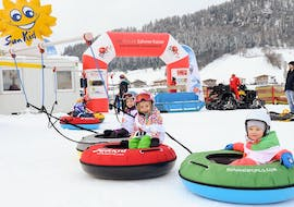 The kids have fun during the kids ski lessons 3-4 years for beginners at Skischule Zahmer Kaiser.