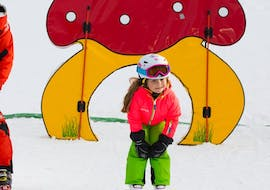 A child has lot of fun during the kids ski lesson from 5 years for intermediates with Skischule Zahmer Kaiser in the region Walchsee.