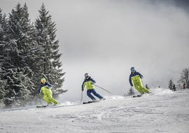 Three ski instructors from the DeinSkiCoach ski school on the slopes in Salzburger Land.