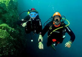 An instructor is accompanying a tourist for his Trial Dive at Le Lion de Mer with Aventure Sous-marine Saint-Raphaël.