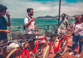 A local guide carries out a gastro bike tour in Las Palmas with Climbo.